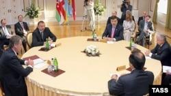 ГУАМ пробует конкурировать с СНГ, но не смог собрать на свой заранее запланированный саммит полный состав глав государств