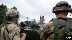 Яворивский полигон. Украинские солдаты наблюдают за американскими военнослужащими, которые, в свою очередь, изучают украинский бронетранспортер