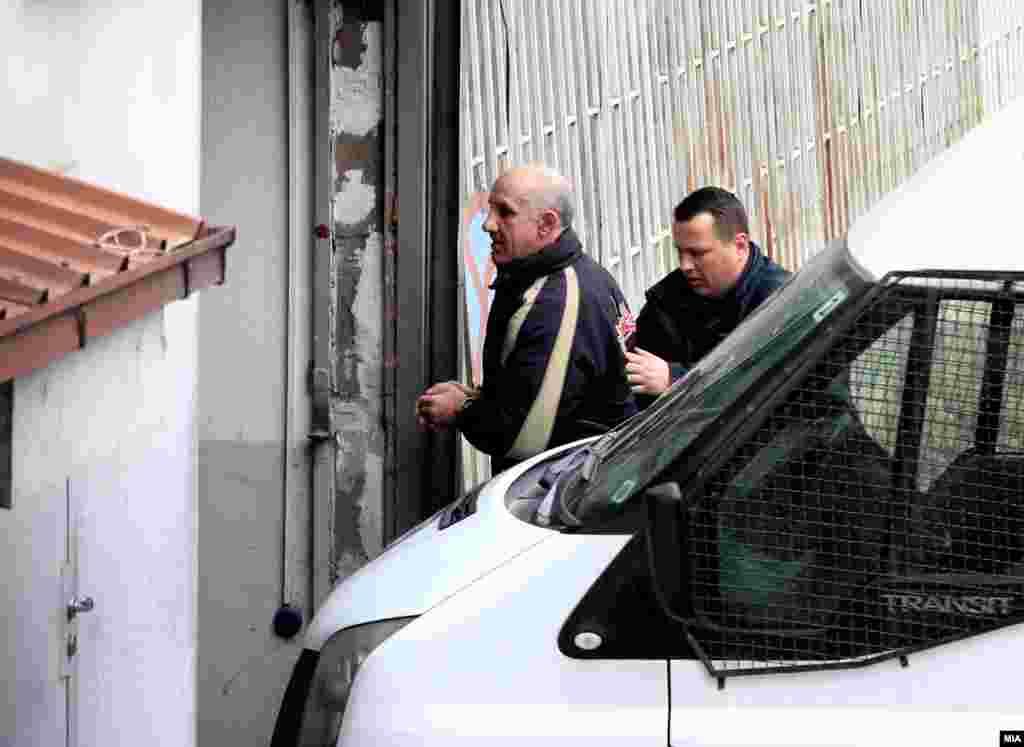 МАКЕДОНИЈА - Полицијата спроведува во суд еден од осомничените за обид за убиство на пратеникот Зијадин Села за време на нередите во Собранието на 27 април минатата година. Во Кривичниот суд почна главната расправа по ова дело, аадвокатот на Села за својот клиент побара отштета од 30 милиони денари за материјалните трошоци за лекувањето на Села, за претрпена физичка болка, претрпен страв и повреда на личниот интегритет.