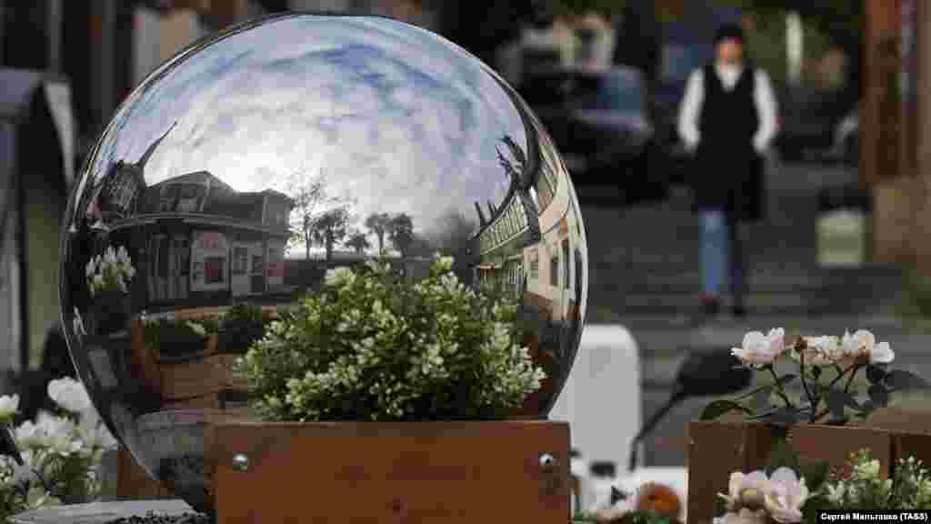Зеркальный шар превратил зимний Гурзуф в планету, застывшую в ожидании лета
