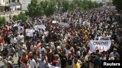 Antigovernment protesters march in Aden on February 25.