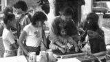 Gyermek-szamizdat készítésére tanítja Hodosán Róza az 1980-as évek demokratikus ellenzékének gyermekeit egy 1983-as amatőr felvételen