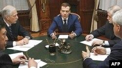 Лидеры четырех партий второй день подряд участвуют в блице по кремлевским шашкам