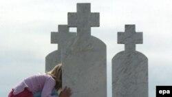 Groblje na kojem je sahranjeno 3.000 ljudi ubijenih za vrijeme rata u Bratuncu, 12. jul 2005.