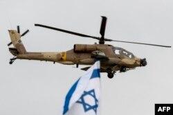 """Израильский вертолет """"Апач"""" во время авиашоу"""