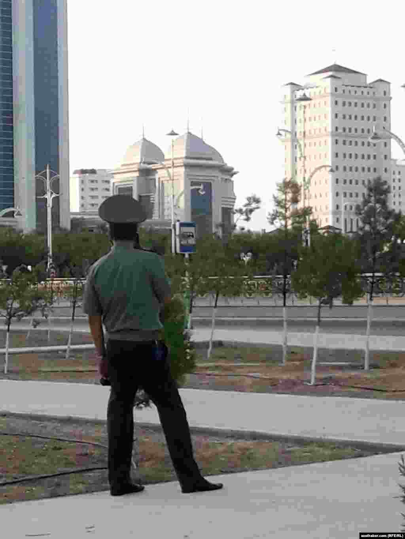Соблюдение требования по ношению масок населением контролируют военные и сотрудники правоохранительных органов, Ашхабад, 15 июля, 2020