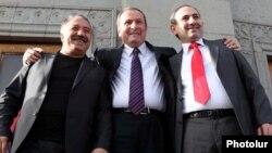 Armenia -- Former President Levon Ter-Petrosian (C) with Nikol Pashinian (R) and Sasun Mikayelian at Liberty Square in Yerevan, 31 May, 2011.