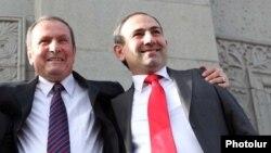 Левон Тер-Петросян (слева) и Никол Пашинян на площади Свободы в Ереване (архив)