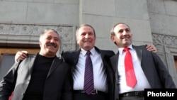 Լեւոն Տեր-Պետրոսյանը ՀԱԿ-ի հանրահավաքում համաներմամբ ազատ արձակված Սասուն Միքայելյանի եւ Նիկոլ Փաշինյանի հետ, 31 մայիս