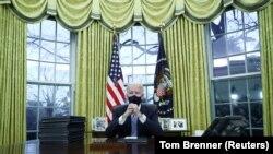 АКШнын президенти Жо Байден Вашингтондогу Ак Үйдүн сүйрү кеңсесинде бир катар жарлыктарга кол койду. 2021-жылдын 20-январы.