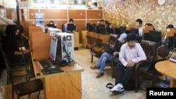 Иран астанасындағы интернет-кафелердің бірі. (Көрнекі сурет)