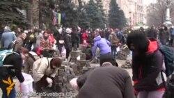 На Майдані масово розбивають бруківку