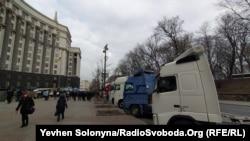 Автоперевізники блокують фурами Кабмін і вимагають спрощення дозвільної системи, Київ, 12 лютого 2020 року