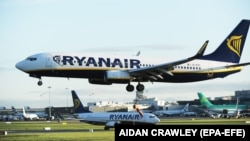 Ireland -- A Ryanair Boeing 737 landing at Dublin Airport, 28 September 2017.