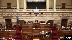 Премьер-министр Греции Алексис Ципрас выступает на заседании парламента, 8 мая 2016 года