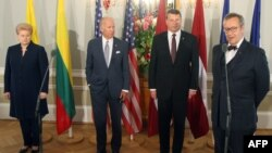 Слева направо: президент Литвы Далия Грибаускайте, вице-президент США Джо Байден, президент Латвии Раймондс Вейонис и президент Эстонии Тоомас Хендрик. Рига, 23 августа 2016 года.