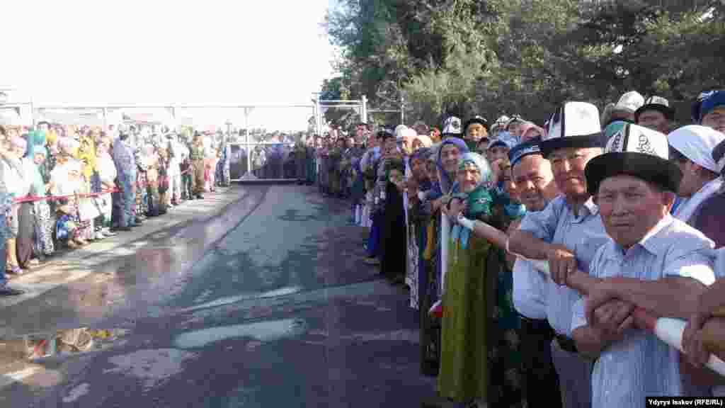 Вечером 6 сентября по обе стороны от пропускного пункта скопились толпы людей.