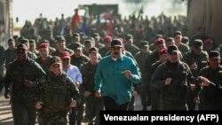 Președintele contestat Nicolas Maduro cu ministrul apărării Vladimir Padrino la o demonstrație de forță a armatei la Fort Paramacay, Naguanagua, statul Carabobo, 27 ianuarie 2019