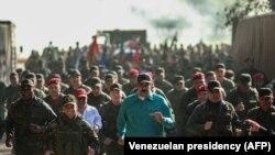 Nicolas Maduro (ortada), Müdafiə naziri Vladimir Padrino (sağdan ikinci)