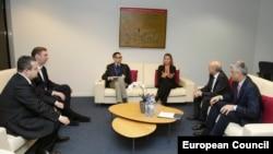 Шефицата за надворешна политика на ЕУ, Федерика Могерини со српскиот и косовскиот премиер, Александар Вучиќ и Иса Мустафа.