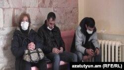 Մարդիկ սպասում են երևանյան հիվանդանոցներից մեկում