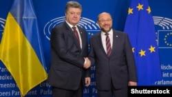 Ukraina prezdeniti Petro Poroşenko ve Avropa Parlamentiniñ prezidenti Martin Schulz