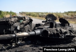 Уничтоженный украинский танк вблизи Иловайска. Август 2014 года