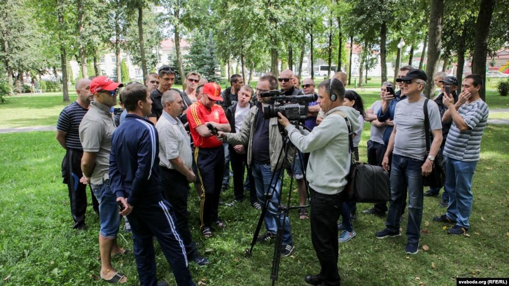 Рабочие из России на стройке Островецкой АЭС, которым не выплатили зарплату.  15 августа 2019 года
