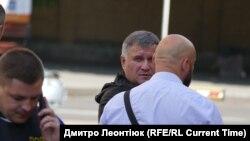 Міністр внутрішніх справ України Арсен Аваков поблизу місця проведення операції зі звільнення заручників у Луцьку