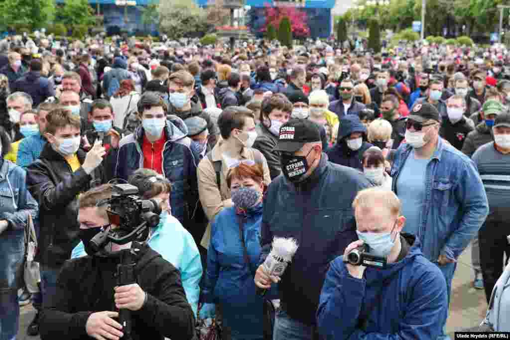 Митингующие собрались после того, как правозащитная организация Human Rights Watch предупредила, что власть Беларуси активизировала свои репрессии против независимых активистов и журналистов «новой волной произвола арестов» перед выборами