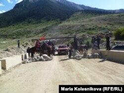 Перегороженная дорога на Кумтор в районе села Барскоон, 29 мая 2013 года.