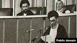 حجتالاسلام خامنهای رئیس جمهوری وقت در حال قرائت وصیتنامه آیتالله خمینی. عکس از وبسایت هاشمی رفسنجانی.