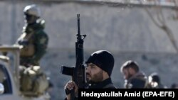 Сотрудники служб безопасности на месте взрывов в Кабуле. 28 декабря 2017 года.