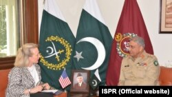 د امریکا د بهرنیو چارو وزارت مرستیالې اېلس وېلز د پاکستاني پوځ له مشر جنرالقمرجاوید باجوه.