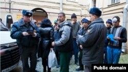 Poliţia rusă verifică actele unor migranţi tadjici
