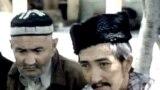 Акбар Кутлу (оңдо) Пакистандагы качкын турмуштун мезгилинде. Чет элдик кабарчылар менен жолугушууга келген кыргыздардын атынан сүйлөп жаткан кездеги сүрөт. 1970-жылдардын этеги.