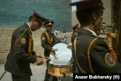 Әскери оркестр Хиуадағы минарет түбінде.