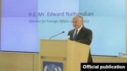 Էդվարդ Նալբանդյանը ելույթ է ունենում միջազգային հավաքի ժամանակ, արխիվ