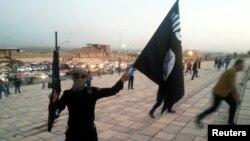 Бойовик «Ісламської держави» з прапором угруповання, архівне ілюстраційне фото