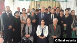Коллектив экономической гимназии г. Душанбе. Фото с сайта гимназии