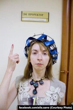 Елизавета Саволайнен в день увольнения у кабинета проректора РГГУ – с венком из колючей проволоки на голове