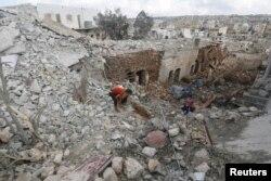 Цивільні оглядають місце по якому був завданий повітряний удар російською авіацією. Місто Дар-ель-Ізза, провінція Алеппо. 7 жовтня 2015 року