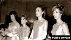 لیلی امیرارجمند (نفر اول از راست) در کنار شهبانو فرح پهلوی