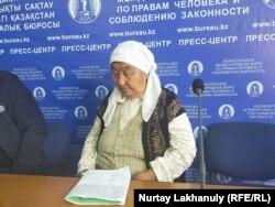 Назыкен Бикейкызы, мать Нагыза Мухамедулы, на пресс-конференции в Алматы, 2 октября 2020 года.