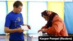 Голосование на одном из избирательных участков в Ивано-Франковской области во время выборов президента Украины 25 мая 2014 года. Архивное фото