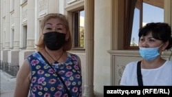 Магрипа Мухамедгалиева (слева), предпринимательница, работающая на рынке в Уральске. 22 июля 2020 года.