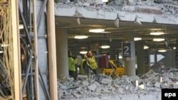 Идет разборка завалов на многоэтажной стоянке мадридского аэропорта «Барахас», взорванной 30 декабря.