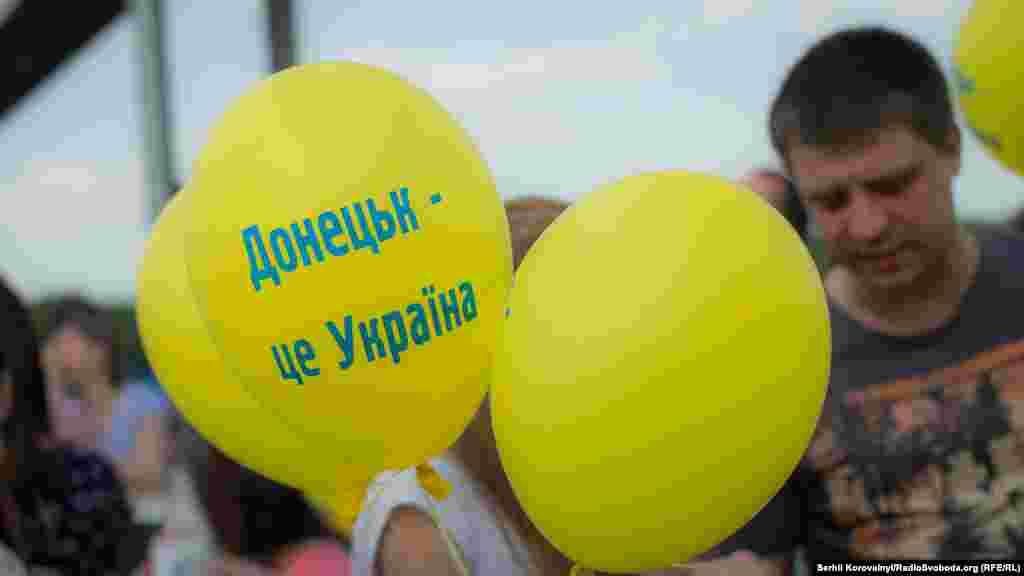 Кожного разу, коли хтось вигукував: «Донецьк – це Україна» та «Луганськ – це Україна», пішохідний міст вибухав від оплесків