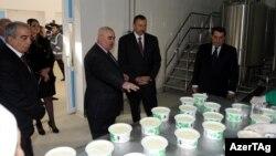 İlham Əliyev Tovuzda süd emalı zavodunun açılışında.