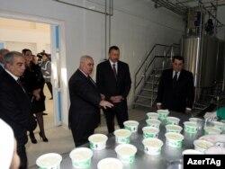Ильхам Алиев перед дегустацией молочной продукции, Товуз, 9 февраля 2011